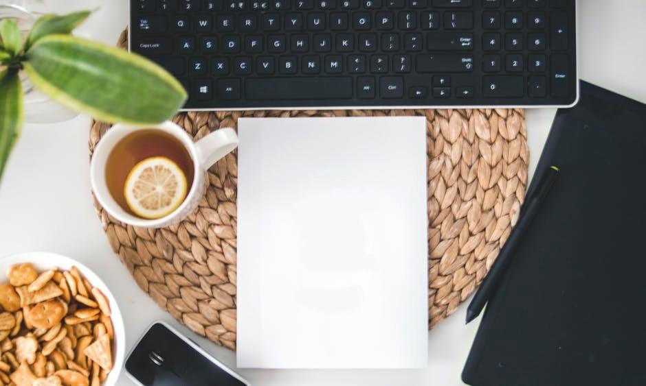 Nutrição e Dietética, Um notebook sobre a mesa com uma xícara de café, uma folha em branco, celular e caneta para anotações